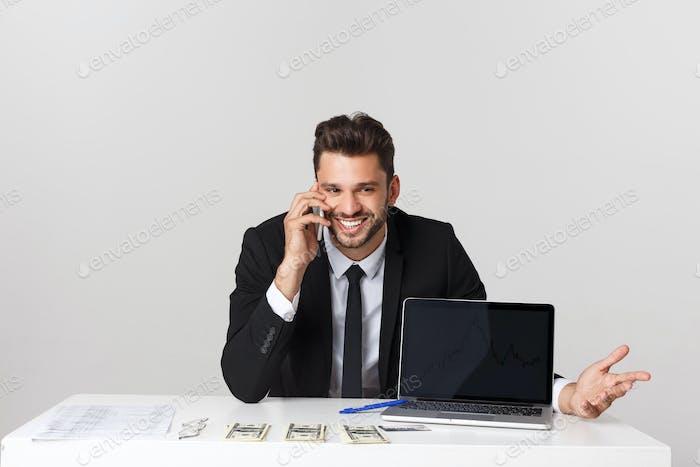 Vertical de Empresario hablando en el teléfono Móvil en la oficina