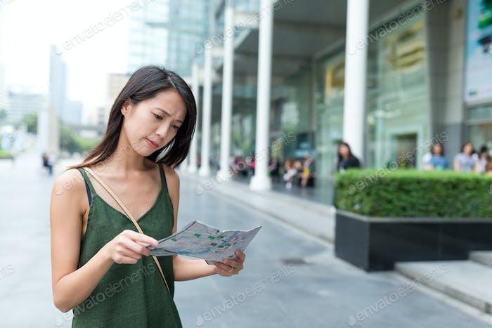 Junge Frau mit Stadtplan in Bangkok Stadt