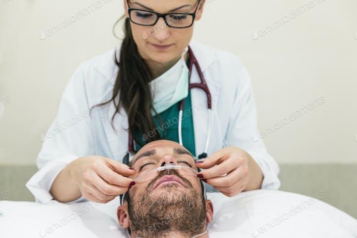 O médico está cuidando de um paciente doente.