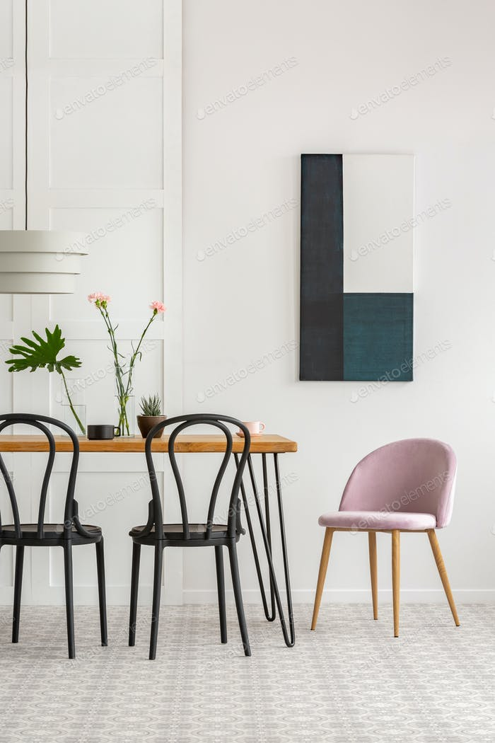 Elegantes Esszimmer Interieur mit schwarzen Holzstühlen und grünen Pflanzen