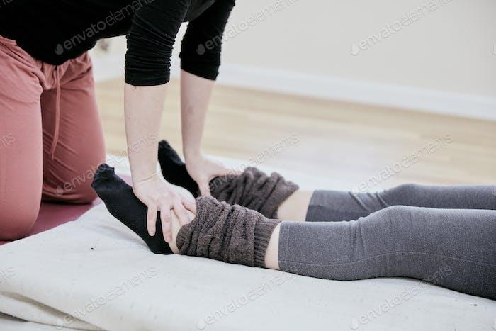 Frau erhält eine Thai-Massage auf ihren Füßen