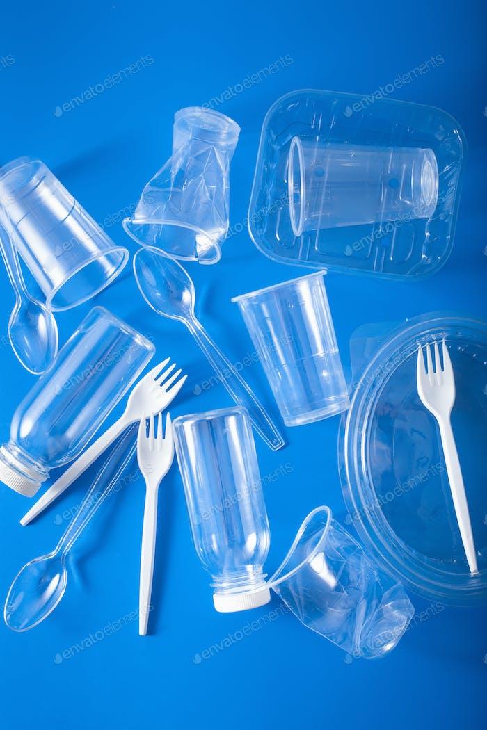 Einmalgebrauch Plastikflaschen, Tassen, Gabeln, Löffel. Konzept der Recy