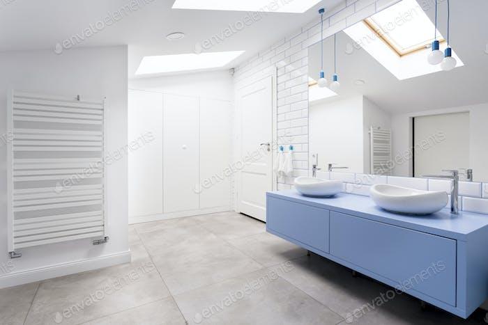 Baño con suelo gris