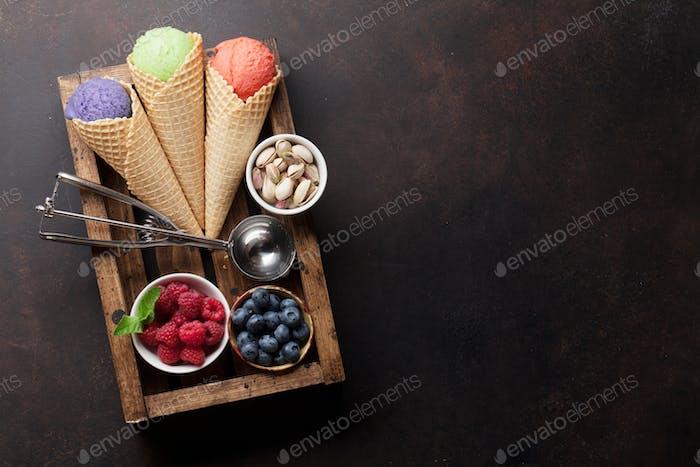 Eis mit Nüssen und Beeren