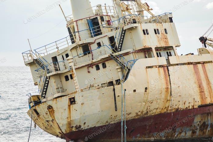 Verlassenes Schiff auf den Felsen in der Nähe der Küste. Zypern.