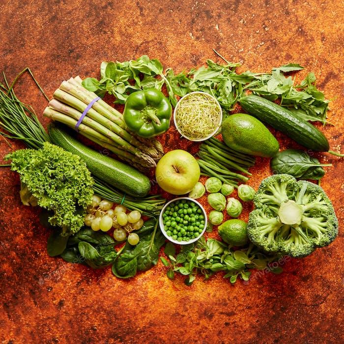 Frisches Gemüse und Obst Sortiment auf einem rostigen Metall platziert