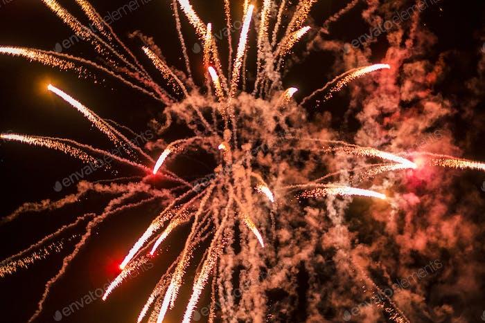 Nachtleben Konzept Feier mit farbigem Feuerwerk