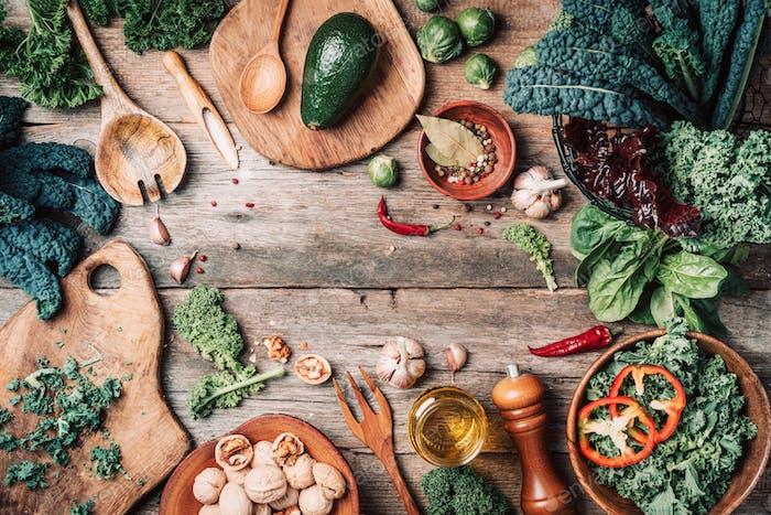 Orgnic gesunde vegane Lebensmittel Kochzutaten Draufsicht. Kopierraum. Grünes Gemüse, Samen