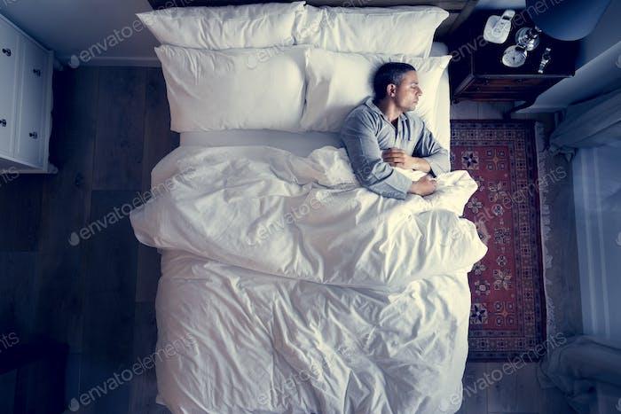 Französisch Mann allein auf dem Bett schlafen