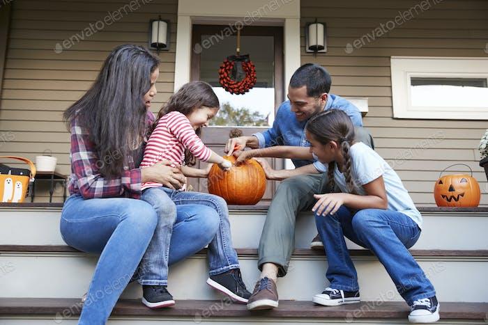 Familie Schnitzen Halloween Kürbis Auf Haus Schritte