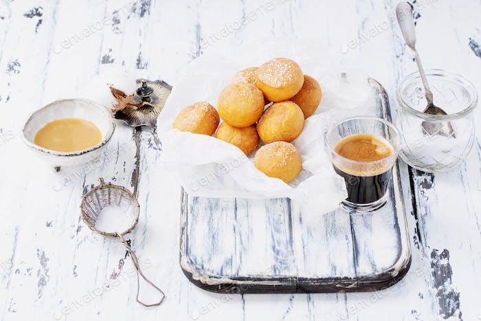 Frisch gebratene Mini-Donuts bestreut mit Puderzucker