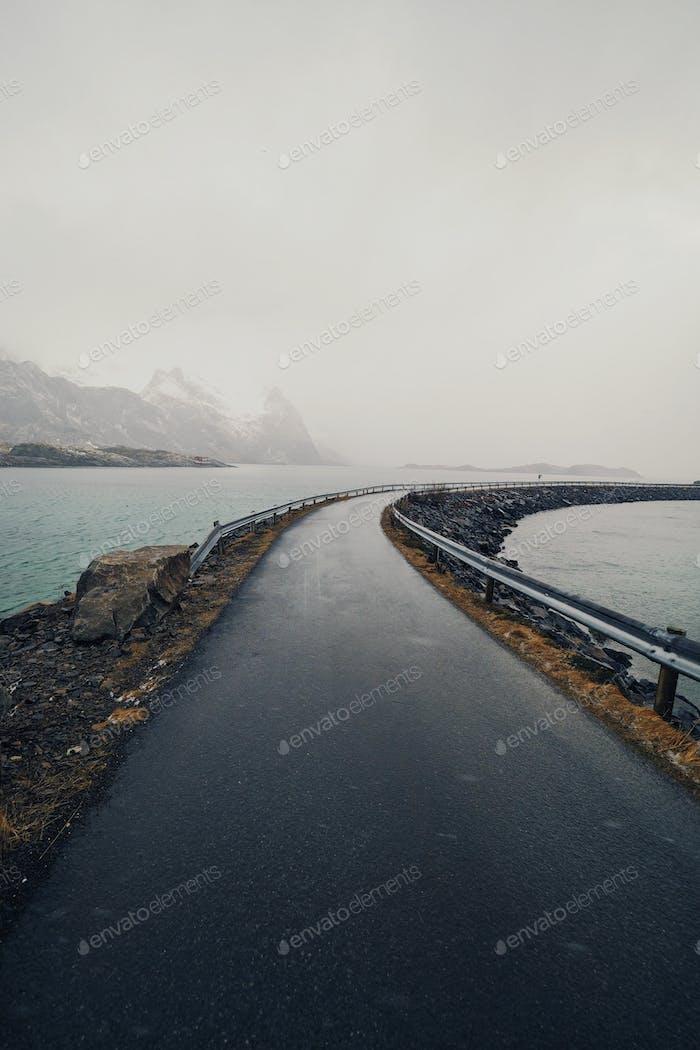 Straße über einen Fjord