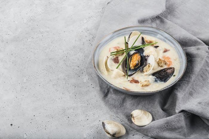 Muschelsuppe in einer grauen Platte