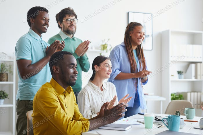 Vielfältiges Business-Team applaudiert