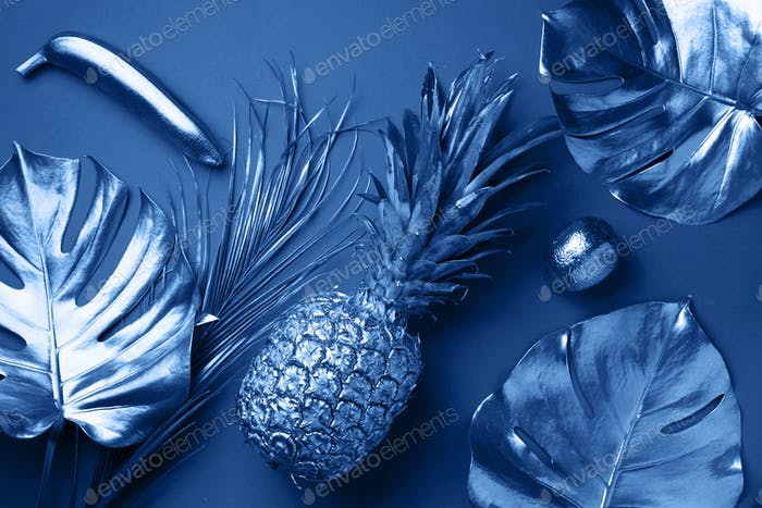 Frutas exóticas pintadas, palmera tropical, hojas de monstera sobre fondo azul clásico. Vista superior. Lace plana