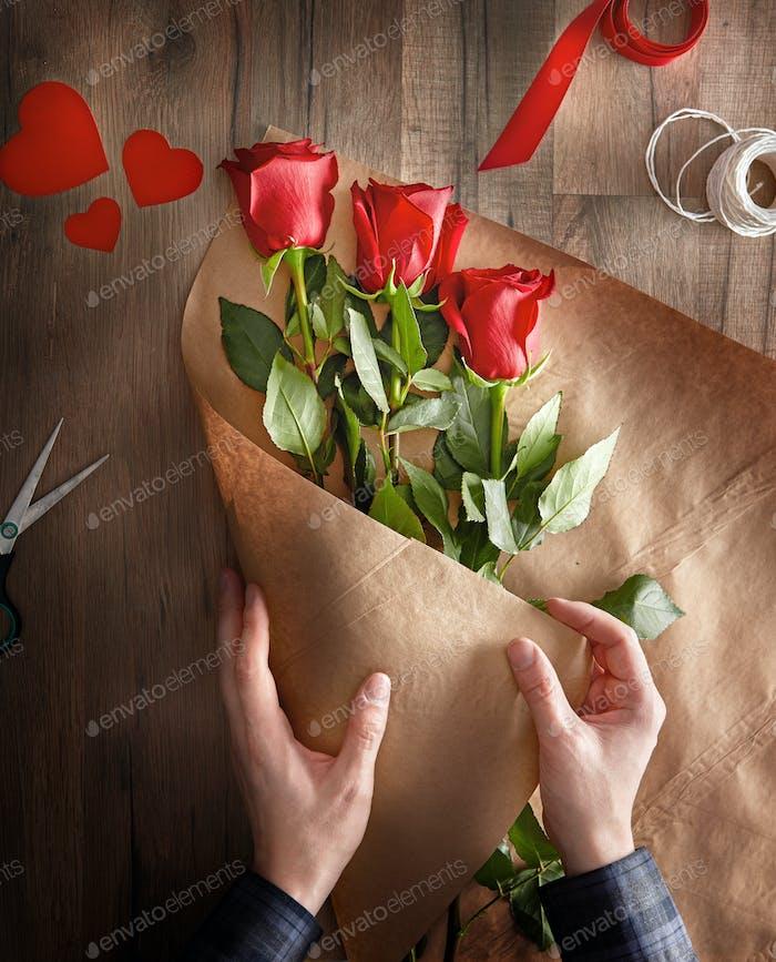 rosas rojas sobre Fondo de De madera