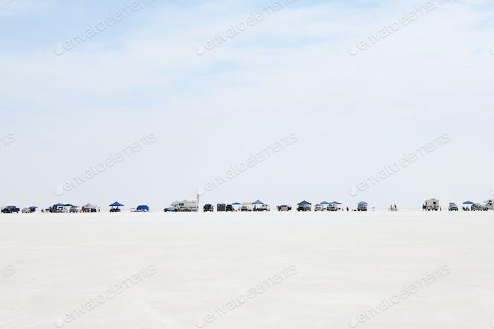 Die Zuschauer haben sich während der Speed Week auf Bonneville Salt Flats aufgestellt