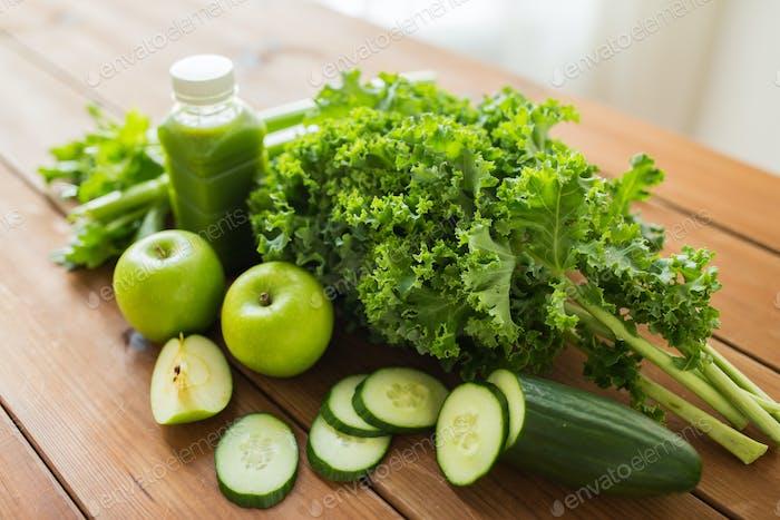 Nahaufnahme der Flasche mit grünem Saft und Gemüse