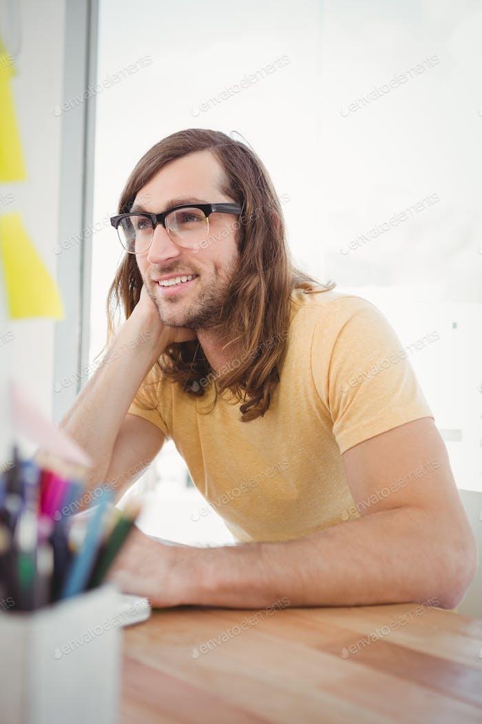 Happy Hipster tragen Augenbrillen arbeiten am Schreibtisch im Büro