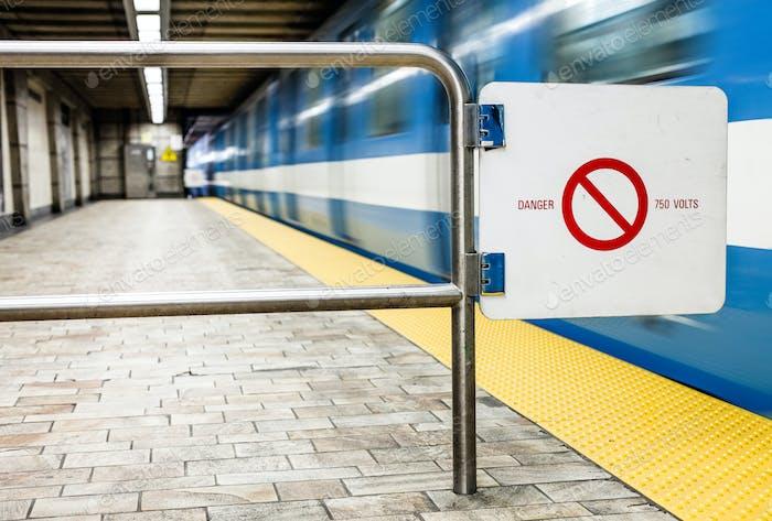 Beweglicher U-Bahnzug und Bewegungsunschärfe mit Safety Interdiction Sig