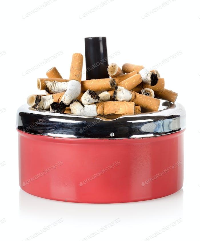 Сигареты и старая пепельница