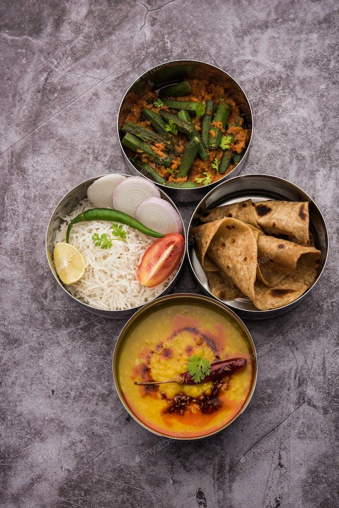 Indische Lunchbox oder Tiffin - Würzige Damen Finger, Dal Fry, Reis und Chapati