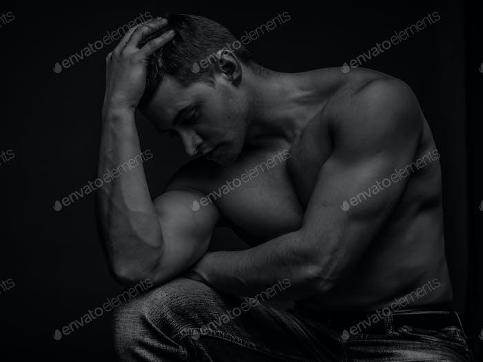 Porträt eines jungen kaukasischen männlichen Athleten