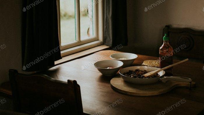 Essen in der dunklen Küche am Fenster