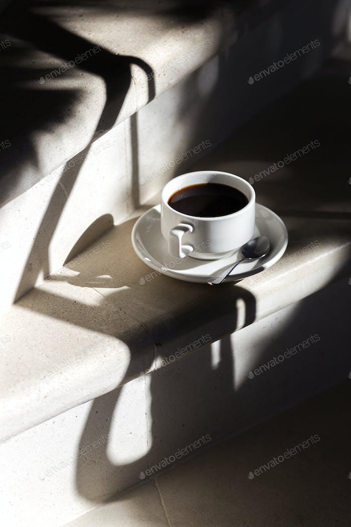 Kaffee mit schwarzem Aroma im Morgenlicht