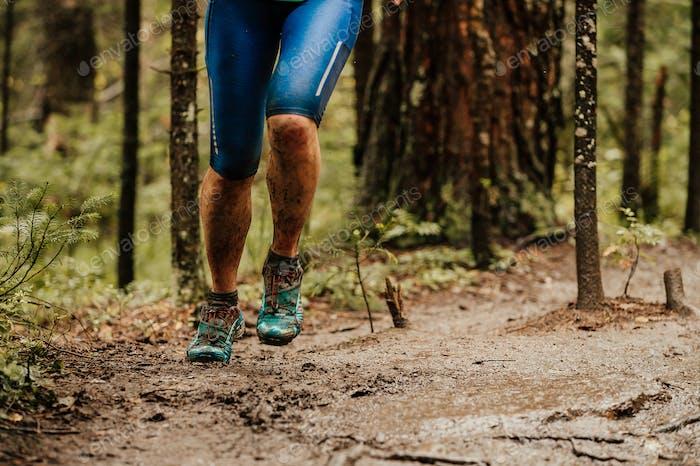 Frau Läufer Laufen im Herbst Spur
