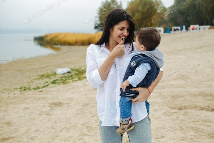 Glückliche Mutter mit ihrem jungen Sohn