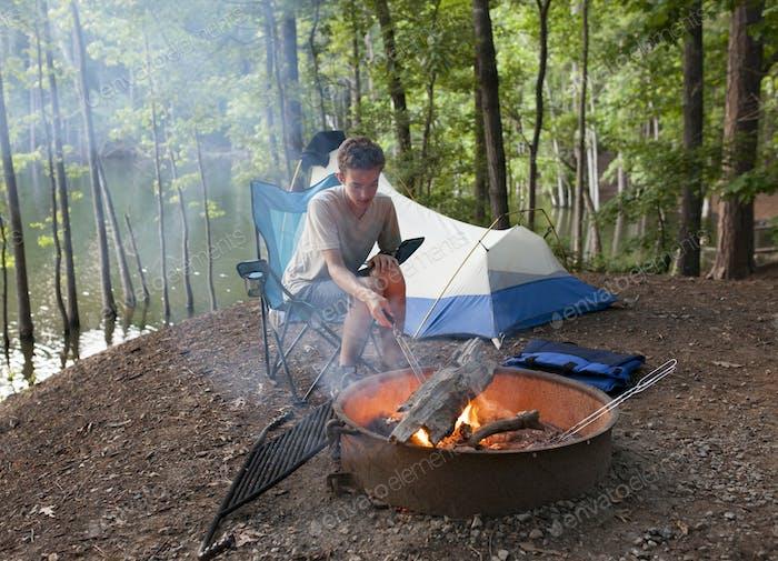 adolescente camping con fuego campamento
