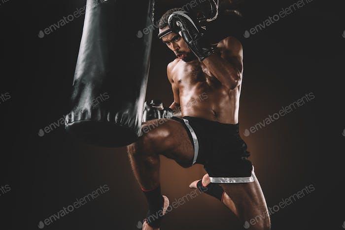 entrenamiento de combate muay thai enfocado con saco de boxeo, concepto de deporte de acción