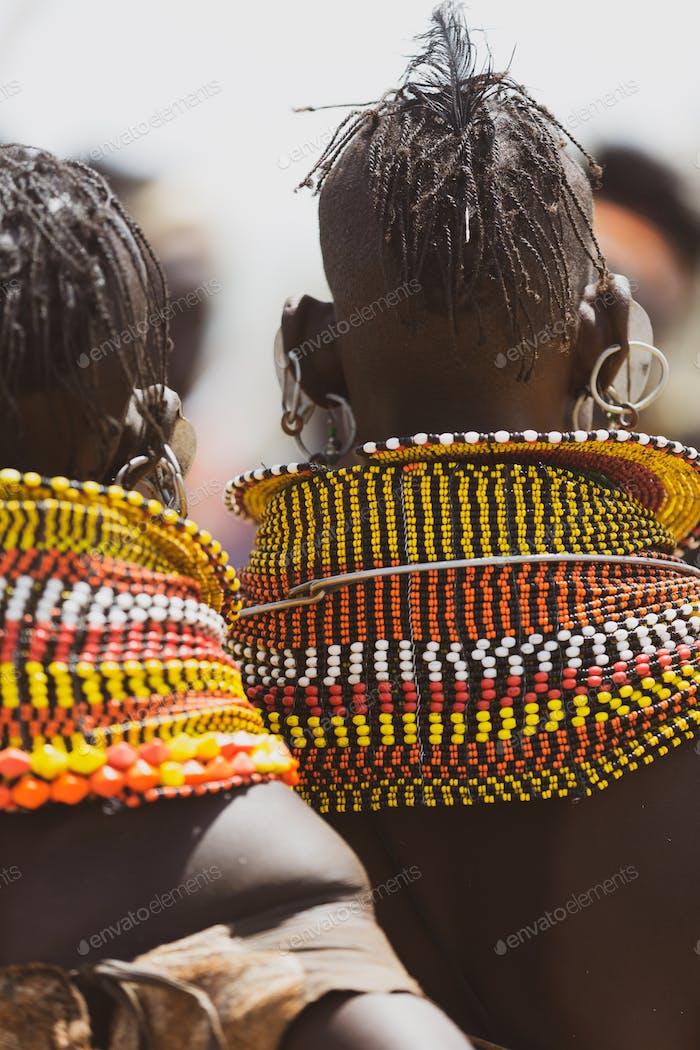 Turkana Frau trägt die handgemachte Perle traditionellen Juwelly