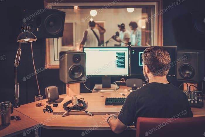 Musikband während der CD-Aufnahme im Studio