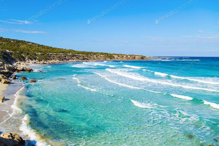 Ein Blick auf eine Blaue Lagune in der Nähe von Polis Stadt, Akamas Peninsula National Park, Zypern.