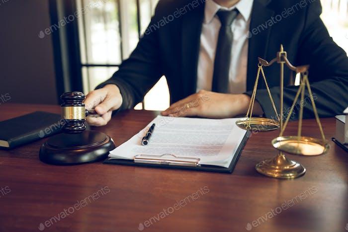 Juez trabaja en la oficina del Tribunal de Justicia.