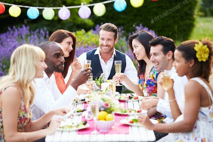 Gruppe von Freunden genießen Outdoor-Dinner-Party