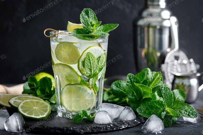 Erfrischender sommerlicher alkoholischer Cocktail Mojito mit Eis, frischer Minze und Limette