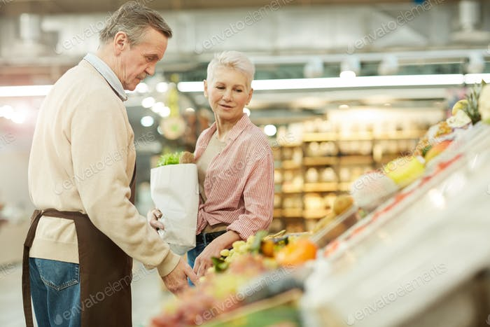 maduro mujer la compra de comestibles en mercado