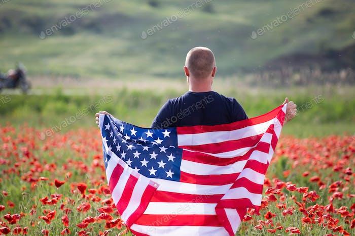 Patriot Mann hält die amerikanische Flagge am 4. Juli