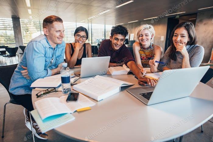 Universitätsstudenten in Zusammenarbeit mit ihrem Auftrag