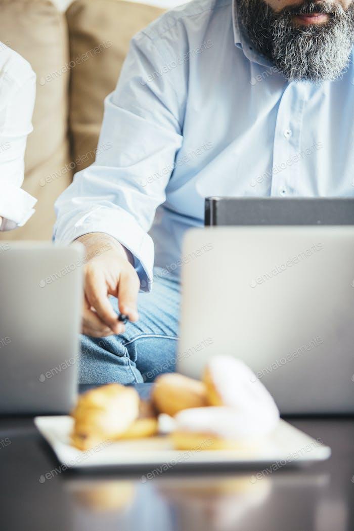 Bärtiger Mann am Laptop.