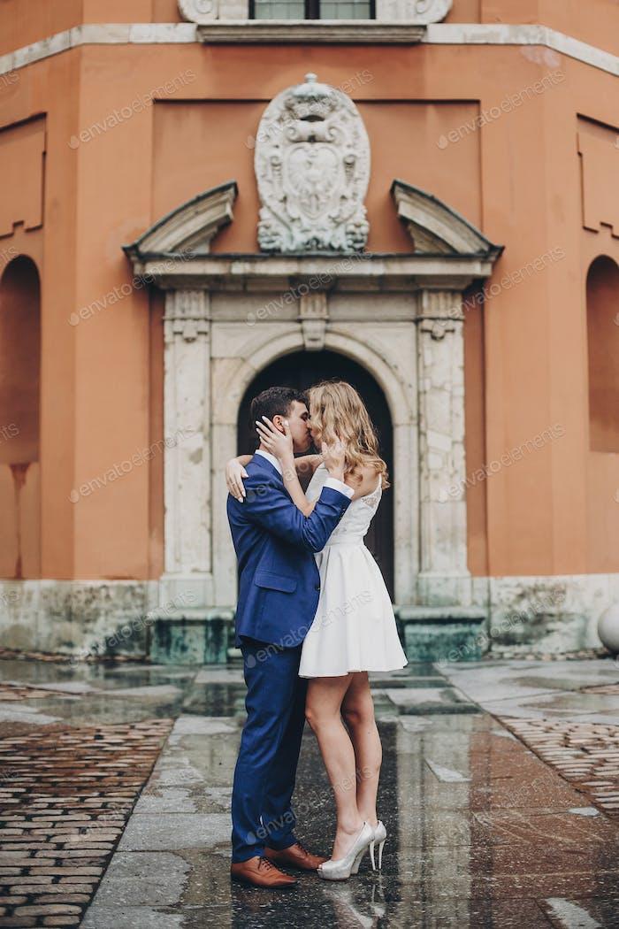 Modische Braut und Bräutigam in der Liebe sanft umarmt