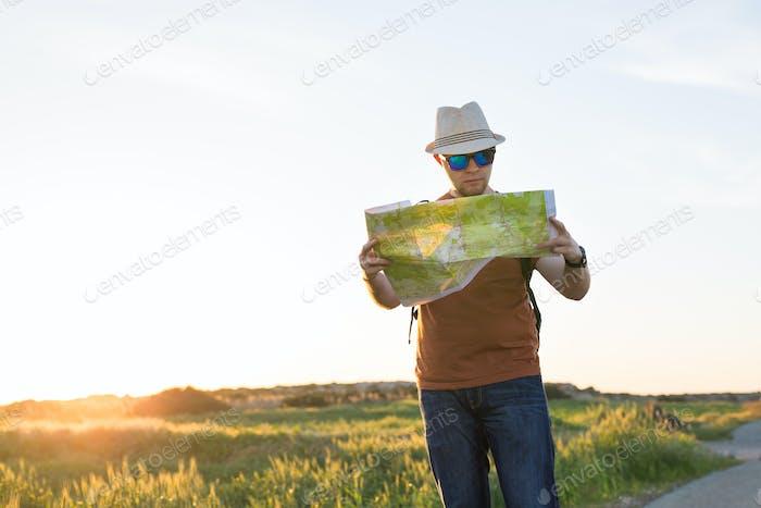 Junger Mann Reisen und Blick auf die Reisekarte