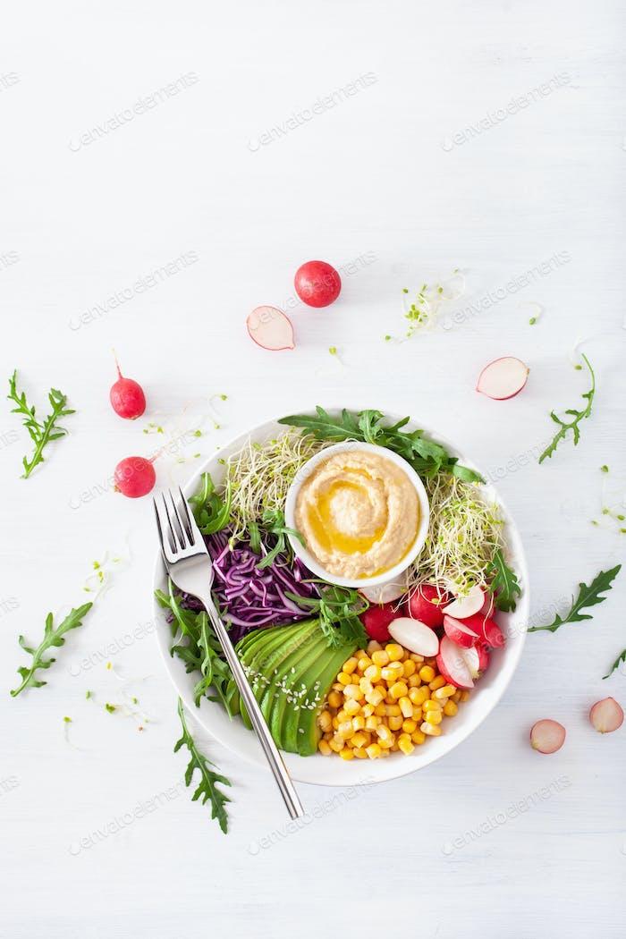 vegane Avocado-Süßmaisschale mit Hummus, Rotkohl, Rettich und Sprossen