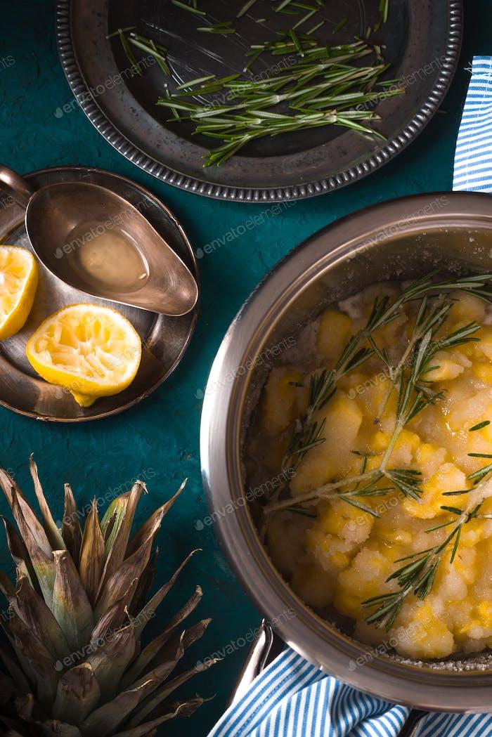 Bereiten Sie Marmelade aus Ananas mit Rosmarin