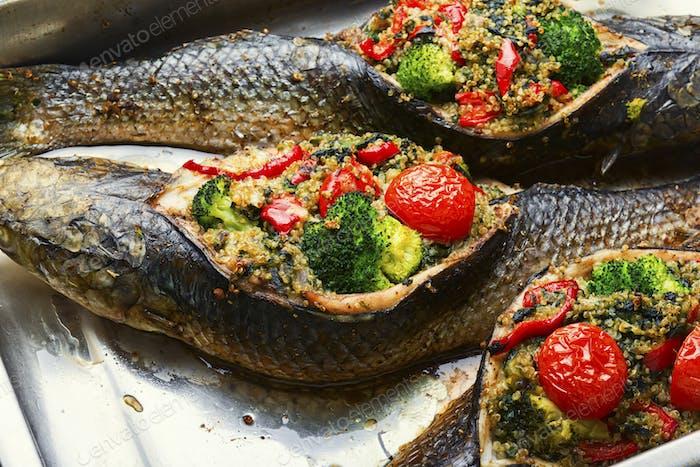 Lecker gebackener ganzer Fisch