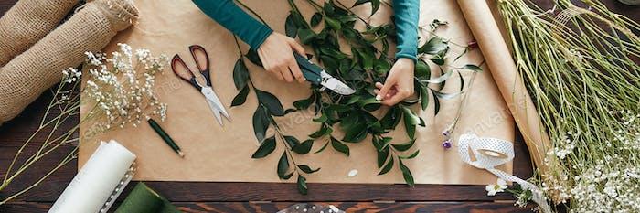 Florería preparando ramo