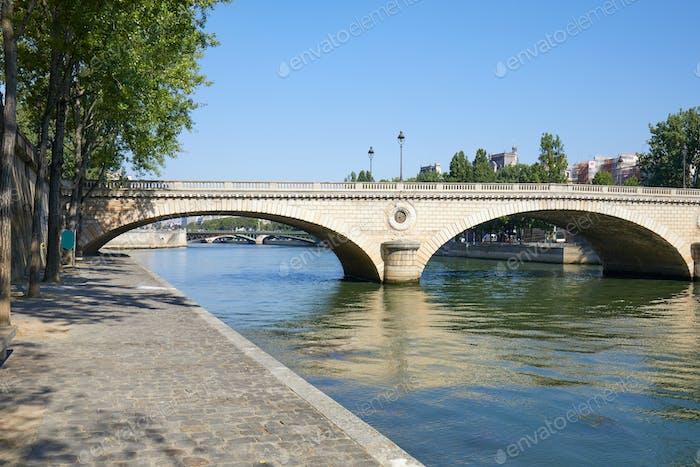 Paris, leere Ufer der Seine und Brücke an einem sonnigen Sommertag
